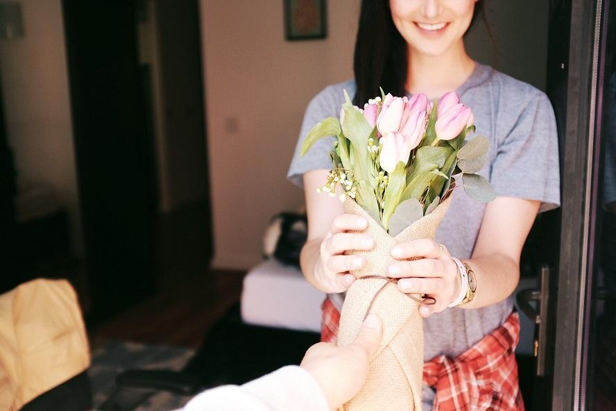 S'offrir des cadeaux pendant les fiançailles : quelques précautions à prendre.