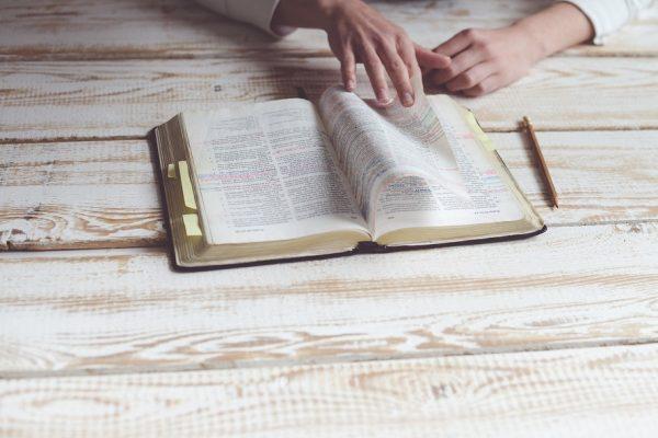 Tu veux entendre Dieu ? Ouvre ta Bible !